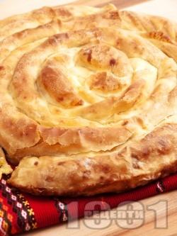 Точена баница от домашно тесто с мая с шунка и праз лук - снимка на рецептата